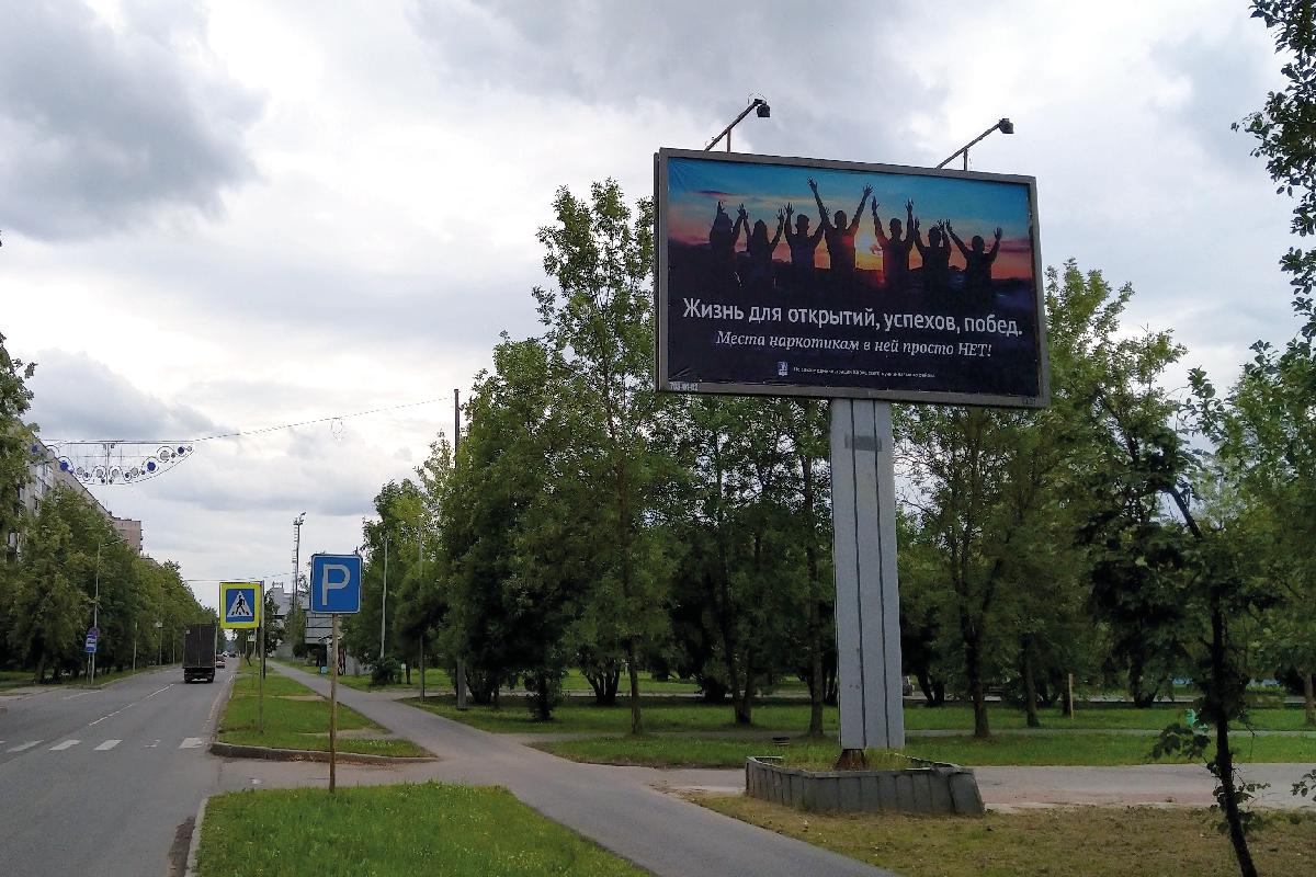 Рекламный щит 6х3 м (биллборд) на улице Строителей в Киришах.