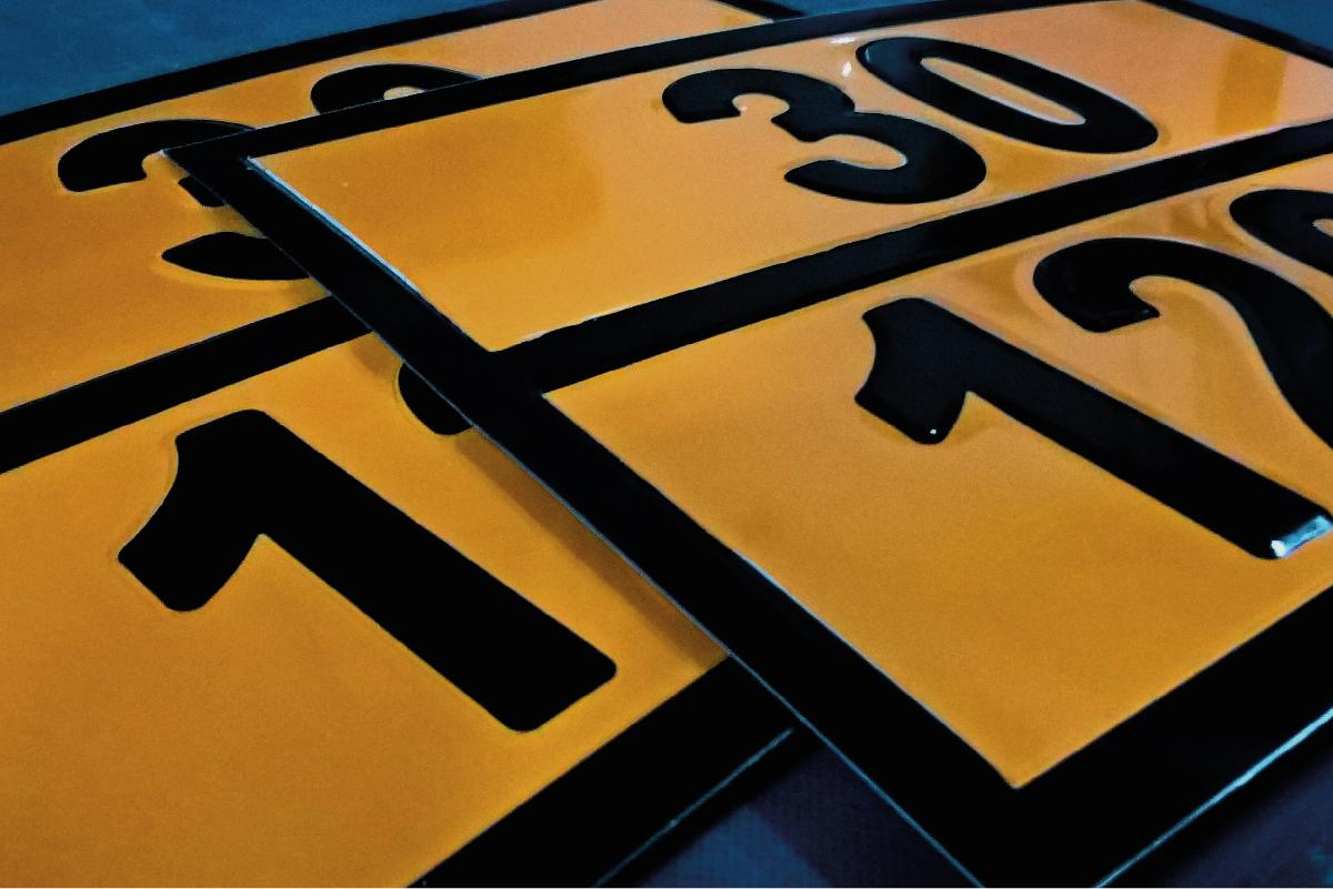 Штампованные знаки и наклейки для спецтранспорта, перевозящего опасные грузы.